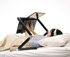 با این میز در هنگام خواب با لپ تاب خود براحتی کار کنید